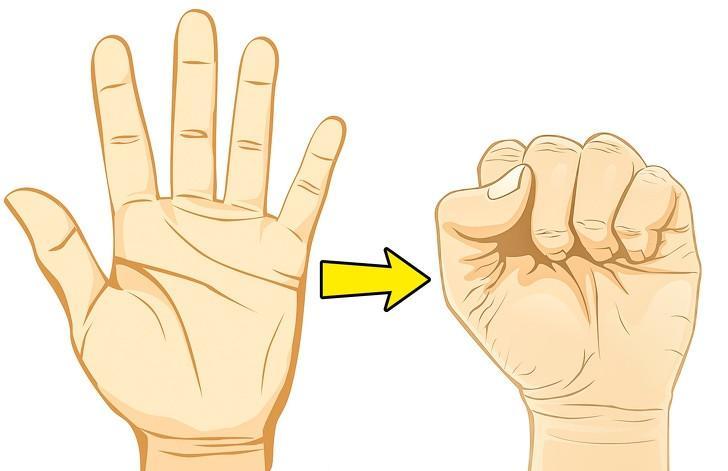 Nắm chặt bàn tay