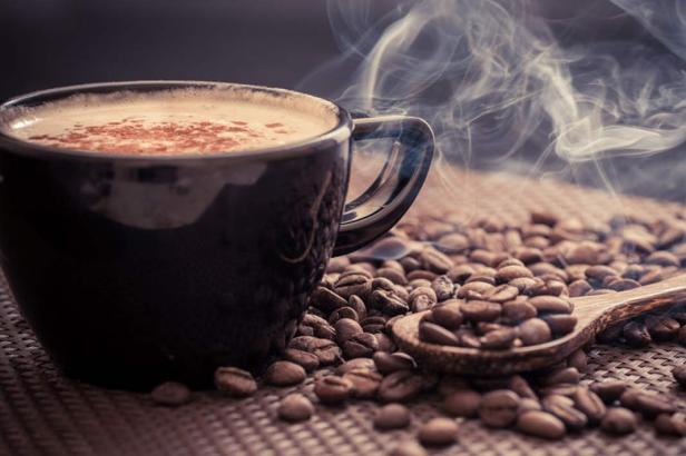 Rượu và cà phê đều có thể khiến làn da của bạn mất đi sự căng bóng do không được cung cấp đủ nước