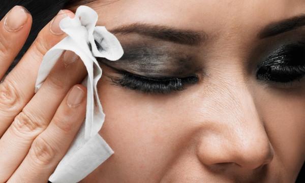 Tẩy trang trước khi sử dụng mặt nạ giấy khô giúp các dưỡng chất được thẩm thấu vào sâu trong lỗ chân lông