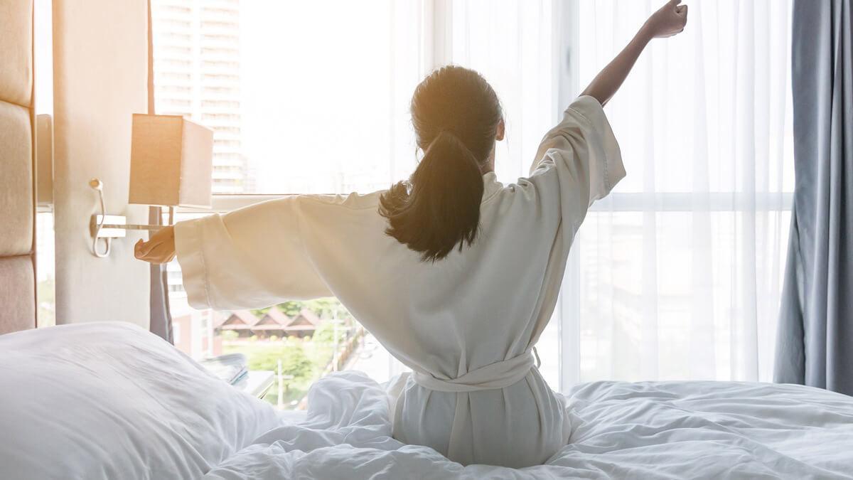 Ngủ đủ giấc không chỉ giúp bạn tỉnh táo hơn vào ngày hôm sau mà còn giúp da mặt của bạn đẹp hơn đấy