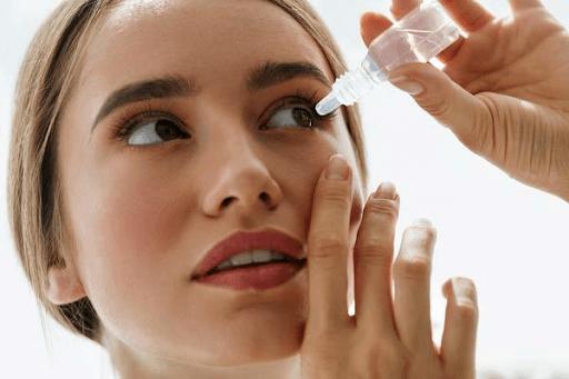 Nhỏ nước muối sinh lý khi lông mi rơi vào mắt