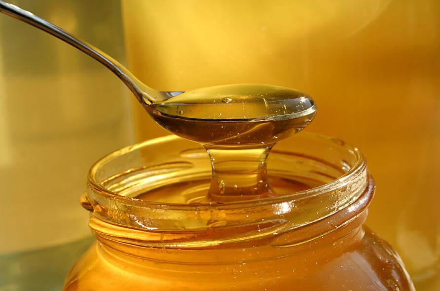 Mật ong có tính sát trùng rất tốt, sẽ bảo vệ vùng da môi đang bị tổn thương