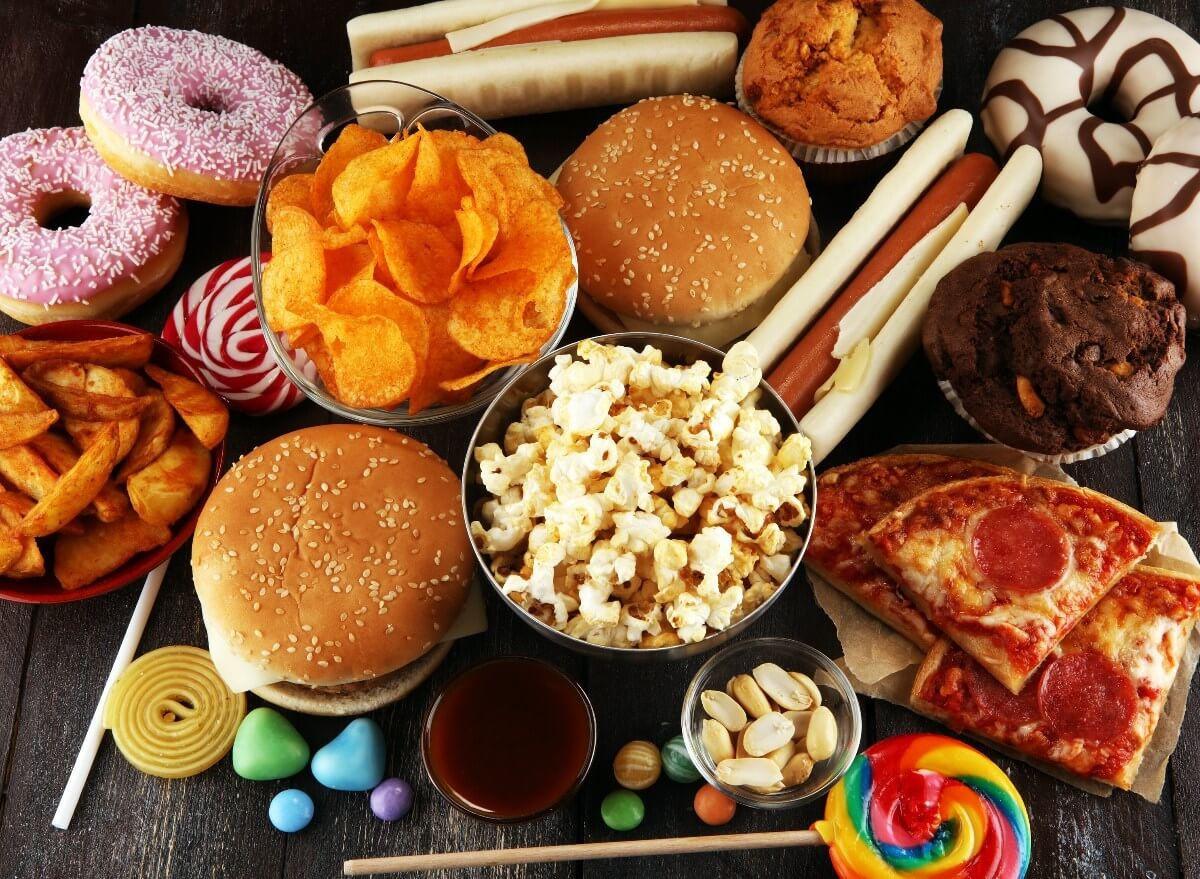 Ăn quá nhiều thực phẩm ngọt, đồ chiên dầu mỡ sẽ dễ khiến cơ thể thiếu chất dinh dưỡng và môi bị sưng ngứa