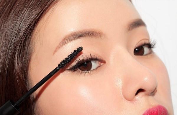 Chải mascara giúp đôi mắt long lanh và to hơn, khuôn mặt có điểm nhấn hơn