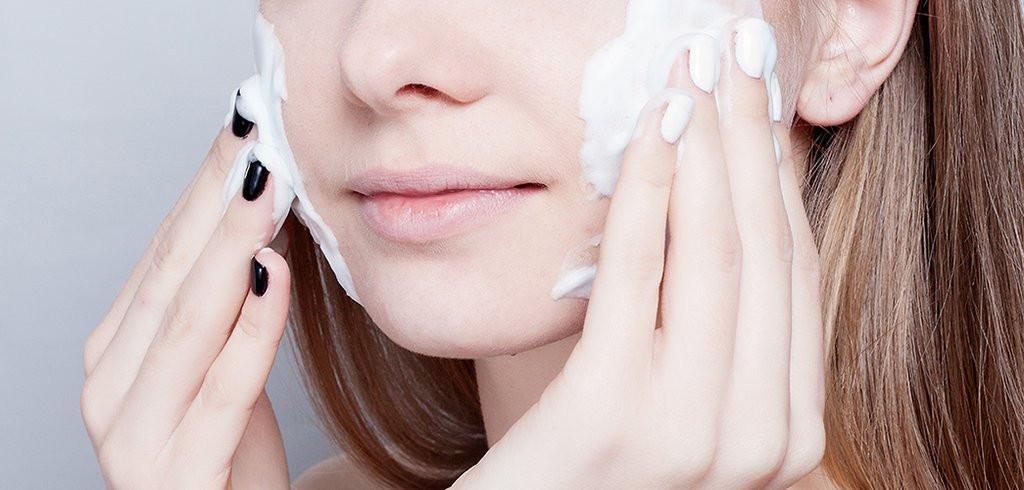 Sữa rửa mặt có độ bào mòn quá mạnh so với da cũng là nguyên nhân khiến da mắt bị khô nhăn