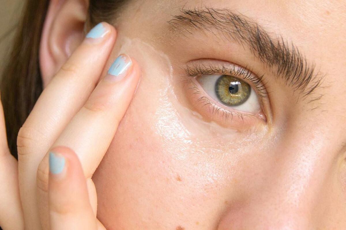 Sử dụng loại kem dưỡng chuyên dụng sẽ cải thiện vùng da mắt bị khô nhăn
