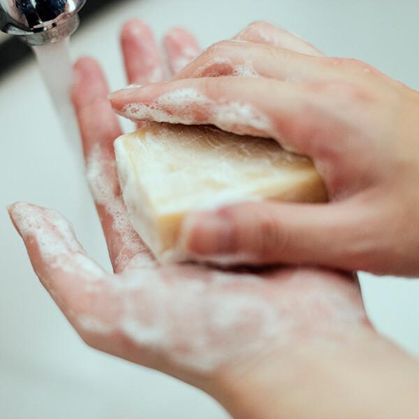 Bọt từ các loại xà phòng handmade sẽ mịn hơn bọt được tạo ra từ xà phòng công nghiệp